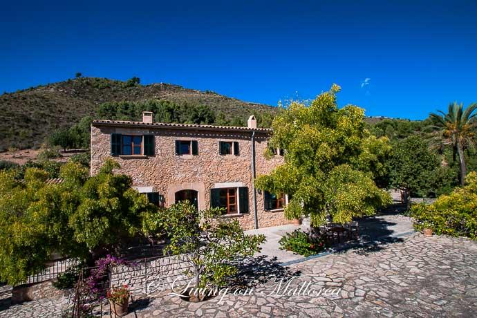 Großzügiges, mit Naturstein verkleidetes und komplett wieder aufgebautes Finca-Anwesen mit Pool und Gästehaus bei Artá