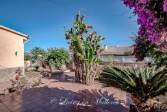 LOM0053-18 Terrasse vor dem Haus