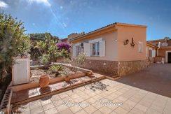 LOM0053-24 Haus und Vorgarten