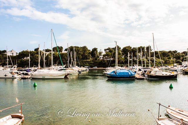 LOM0004-03 Blick über den Hafen Cala D'Or auf das Grundstück