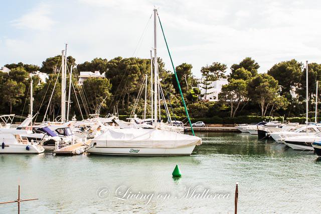 LOM0004-05 Blick über den Hafen Cala D'Or auf das Grundstück