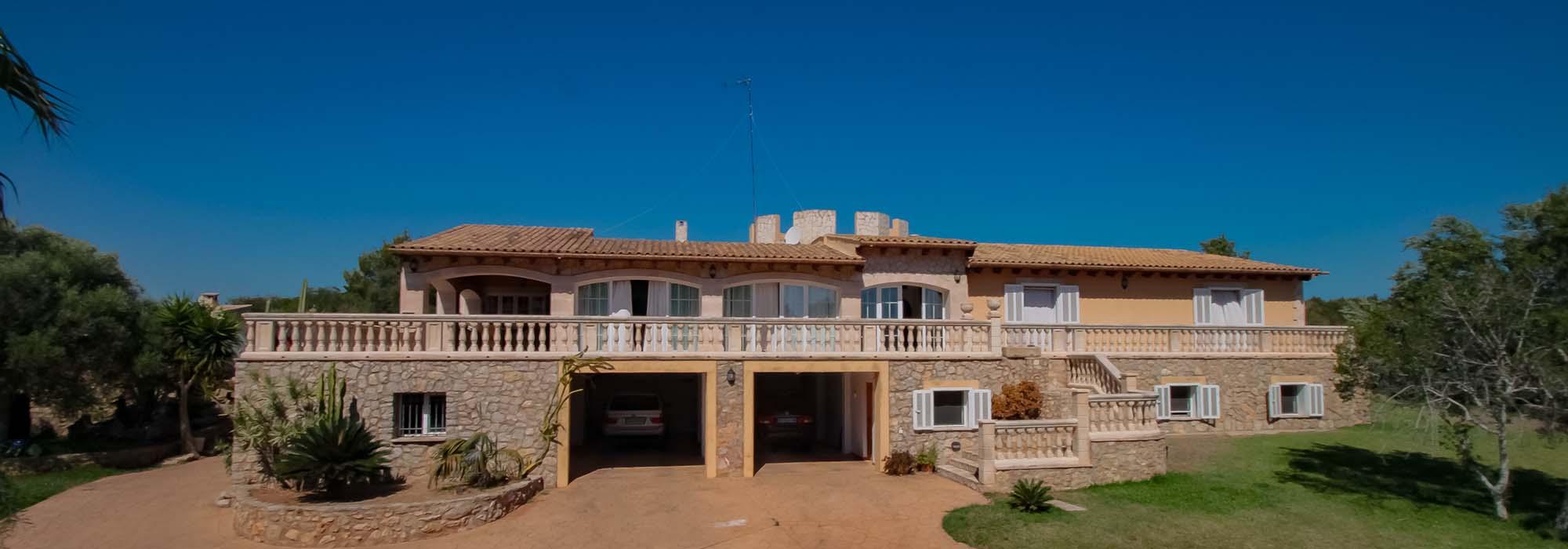 Ruhig gelegene Finca in Cala Bona mit Gästeapartment, Gästehaus, Pool und Sommerküche